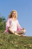 Meditierende Frau Stockfotografie