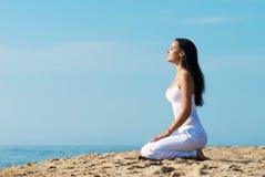 Meditierende Frau, draußen Porträt Lizenzfreie Stockfotografie