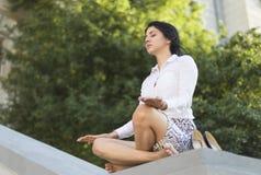Meditierende Geschäftsfrau Stockfoto