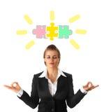 Meditierende moderne Geschäftsfrau Stockfotografie