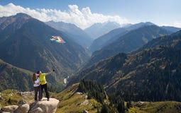 Meditierende Paare am Gipfel Stockfoto