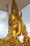 Meditierender Bronze-Buddha - Tempel Thailand Stockfoto