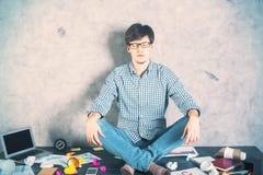 Meditierender Mannlaptop Lizenzfreie Stockfotografie