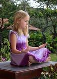 Meditierendes Kind lizenzfreie stockfotos