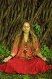 Meditierendes Mädchen im Wald Lizenzfreie Stockfotos