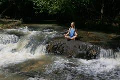 Meditierendes Mädchen und Khmer Carvings Lizenzfreies Stockfoto