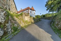Medival Schloss Ozalj in der Stadt Ozalj, Kroatien lizenzfreies stockbild
