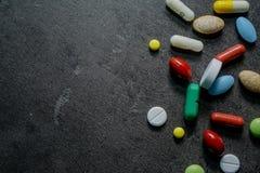 Medizin auf einem schwarzen Hintergrund stockfoto