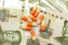 Medizin auf Hintergrund der Banknote Lizenzfreie Stockfotografie
