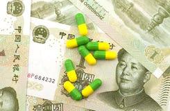 Medizin auf Hintergrund der Banknote Stockbilder