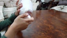 Medizin der Kindersicherheit zu Hause - stock footage