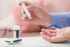 Medizin, Diabetes, glycemia, Gesundheitswesen und Leutekonzept - lizenzfreie stockbilder