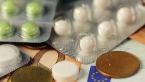 Medizin, Finanzierung, Gesundheitswesen und Drogenhandel - medizinische Pillen oder Drogen und Eurobargeld auf Tabelle stock video footage