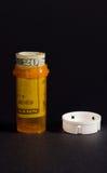 Medizin-Flasche mit Geld lizenzfreie stockfotos