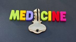 Medizin hält den Schlüssel Stockbild