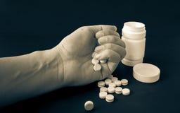 Medizin in irgendjemandes Hand stockfotos