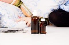 Medizin ist zum Kranken nah Lizenzfreies Stockfoto