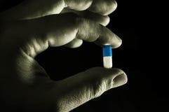 Medizin-Kapsel in der Hand Lizenzfreie Stockfotos