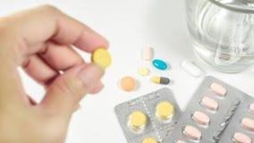 Medizin mit Frauen übergibt das Nehmen einer Pille und des Glases Wassers auf wh Stockfoto
