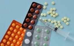 Medizin. Pillen für Heilung und Spritze lizenzfreies stockfoto