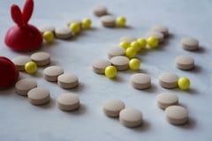 Medizin: Pillen und Vitamine lizenzfreies stockfoto