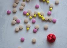 Medizin: Pillen und Vitamine lizenzfreies stockbild