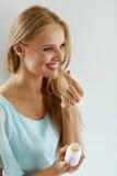 medizin Schönes Mädchen, das Medizin, Vitamine, Pillen nimmt lizenzfreies stockfoto
