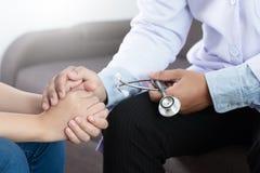 Medizin- und Gesundheitswesenkonzept Parkinson und Alzheimer-Frau stockfotos