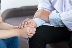 Medizin- und Gesundheitswesenkonzept Parkinson und Alzheimer-Frau lizenzfreies stockfoto