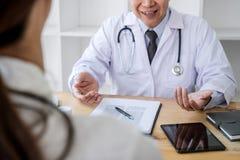Medizin- und Gesundheitswesenkonzept, Professor Doctor, das Bericht der Diagnose und etwas empfehlen eine Methode mit Patienten v stockfotos