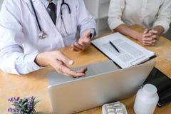 Medizin- und Gesundheitswesenkonzept, Professor Doctor, das Bericht der Diagnose und etwas empfehlen eine Methode mit Patienten v stockbild