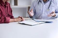 Medizin- und Gesundheitswesenkonzept, Professor Doctor, das Bericht und eine Methode mit geduldiger Behandlung, nach Ergebnissen  lizenzfreies stockbild