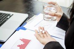 Medizin und Glas Wasser Stockbilder