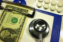 Medizin und medizinische Instrumente, wie begrifflich zu zahlender Medizin lizenzfreies stockfoto
