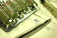 Medizin und medizinische Instrumente, wie begrifflich zu zahlender Medizin lizenzfreie stockfotos