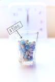 Medizin- und Uhrhintergrund, Zeit, Pillen einzunehmen Lizenzfreie Stockfotos