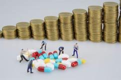Medizin und Unschärfe des Stapels prägt mit Miniaturleuten lizenzfreie stockbilder
