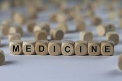 Medizin - Würfel mit Buchstaben, Zeichen mit hölzernen Würfeln Lizenzfreie Stockfotos