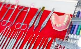 Medizinausrüstung, Gebisse, zahnmedizinische Werkzeuge stockfoto