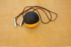 Medizinball mit jumprope Stockfotos