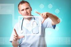 Medizindoktor, der mit futuristischer Schnittstelle arbeitet Lizenzfreie Stockfotos