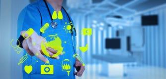 Medizindoktor, der mit moderner Computerschnittstelle arbeitet Lizenzfreie Stockfotografie