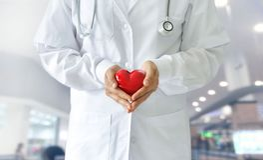 Medizindoktor, der rote Herzform, medizinisches techno hält lizenzfreie stockfotos