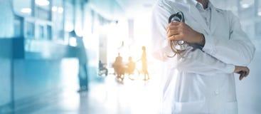 Medizindoktor mit Stethoskop in der Hand, sicher stehend stockfoto