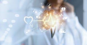 Medizindoktor und -stethoskop in der Hand, die medizinisches Ne der Ikone berühren lizenzfreie stockfotografie