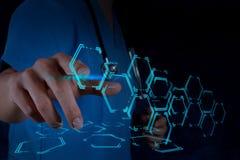 Medizindoktorhand, die mit moderner Computerschnittstelle arbeitet Lizenzfreies Stockfoto