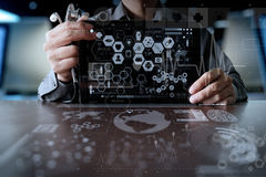 Medizindoktorhand, die mit moderner Computerschnittstelle arbeitet Stockfotografie