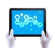 Medizindoktorhand zeigt Tablette compuer mit mir Lizenzfreie Stockbilder