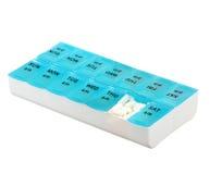 Medizindosiskasten lokalisiert auf weißem Hintergrund. Wöchentliche Dosierung der Medikation in der Pillenzufuhr Lizenzfreies Stockfoto
