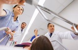 Mediziner mit Frau auf Krankenhausrollbahre am Notfall lizenzfreies stockbild